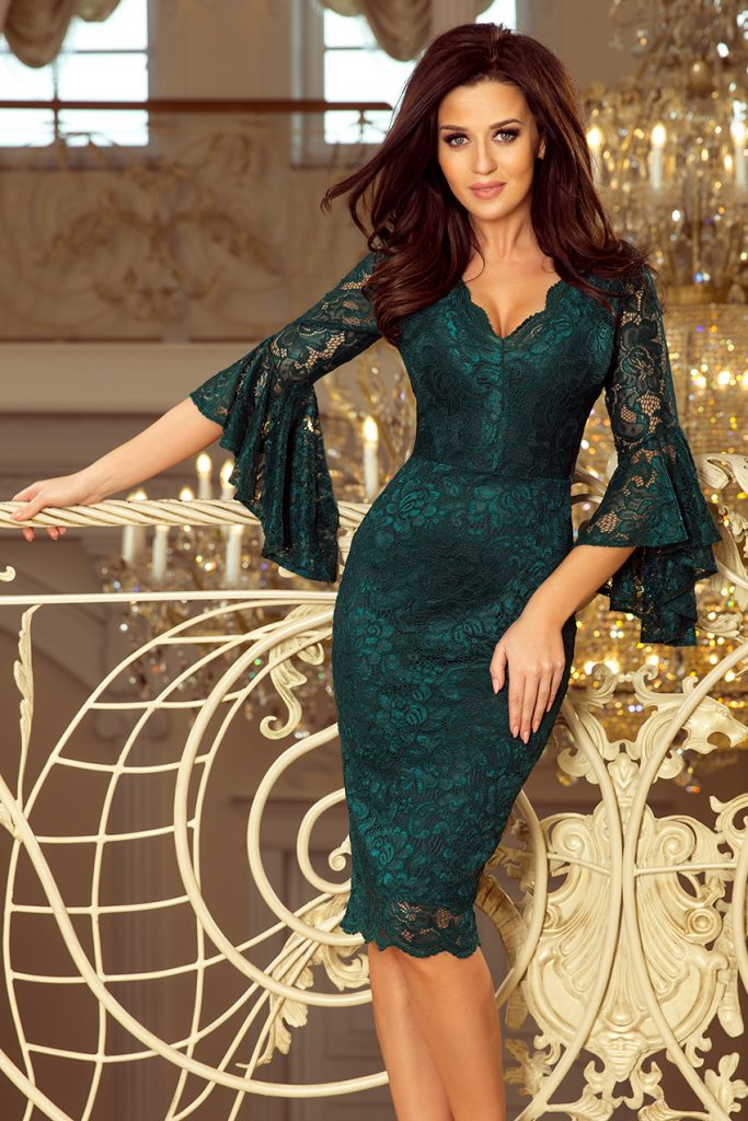 koronkowa sukienka z rozkloszowanymi rękawkami