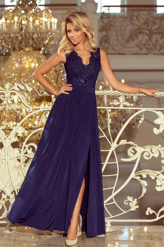 długa suknia z haftowanym dekoltem